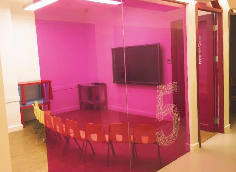 配备先进的多媒体互动教室