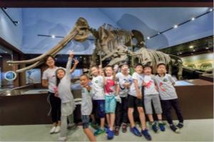 """英孚青少儿英语北京地区语言运用俱乐部带学员来到了古动物博物馆,和外教一起了解古生物变迁史,雕刻个性恐龙形象,并与""""恐龙""""为邻,度过了神奇的博物馆夜之夜。"""